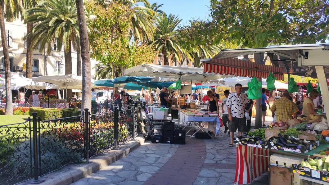 Découvrir les spécialités corses au marché central d'Ajaccio