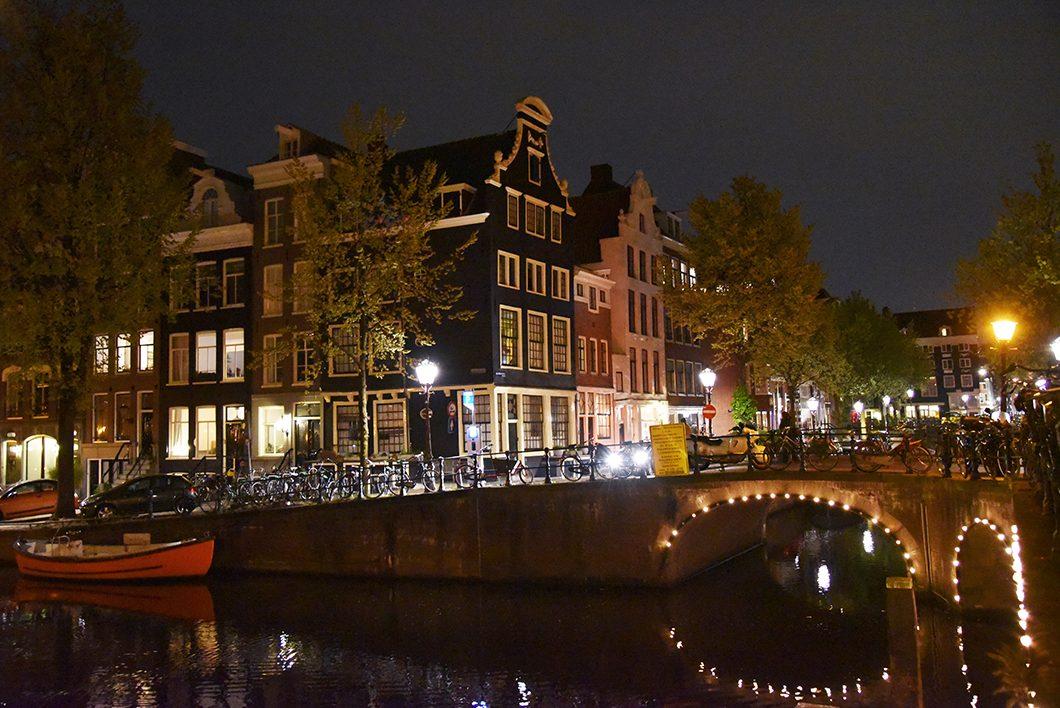 Les canaux d'Amsterdam de nuit