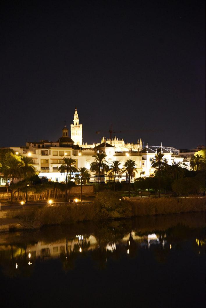 La ville de Séville de nuit