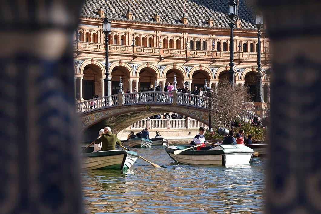 Faire du bateau sur la Plaza de España