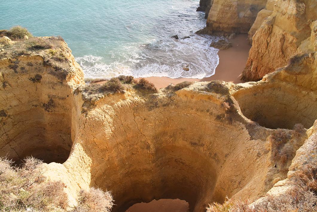 Praia do Castelo, plage originale avec falaises en Algarve