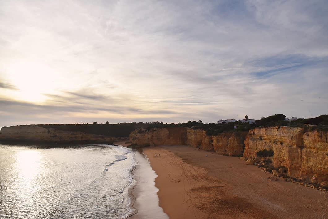 Vue sur la plage depuis Nossa Senhora Da Rocha en Algarve