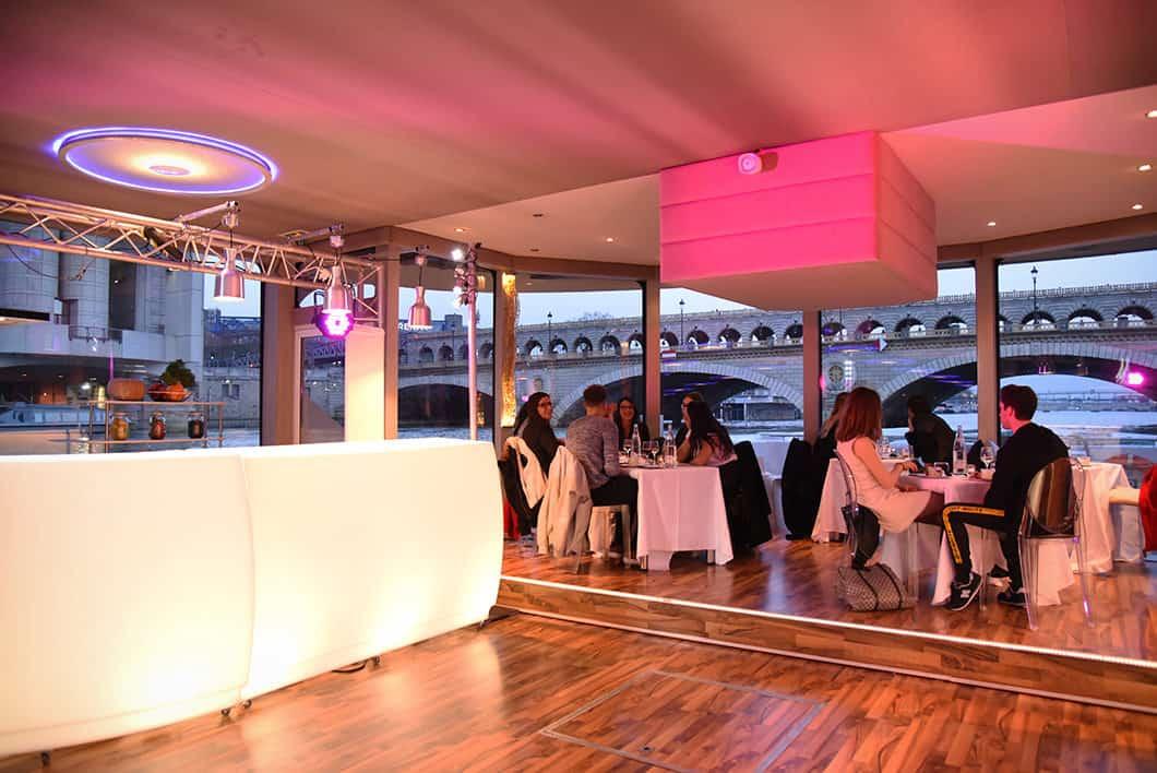 Visiter Paris de nuit à bord d'un bateau