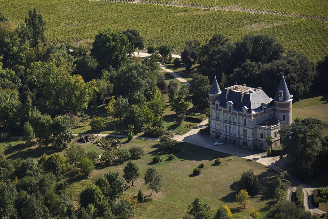 Survol du Château Rayne Vigneau en ULM avec le Château Vénus - Activité insolite sur la Route des Vins de Bordeaux en Graves et Sauternes