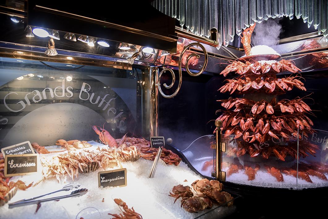 Cascade de homards et buffet de fruits de mer - Les Grands Buffets à Narbonne