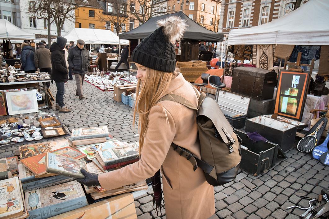Faire le marché aux puces des Marolles à Bruxelles