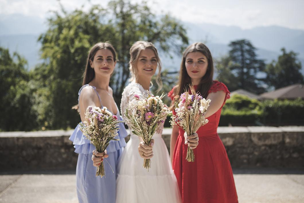 Demoiselles d'honneur et leurs bouquets