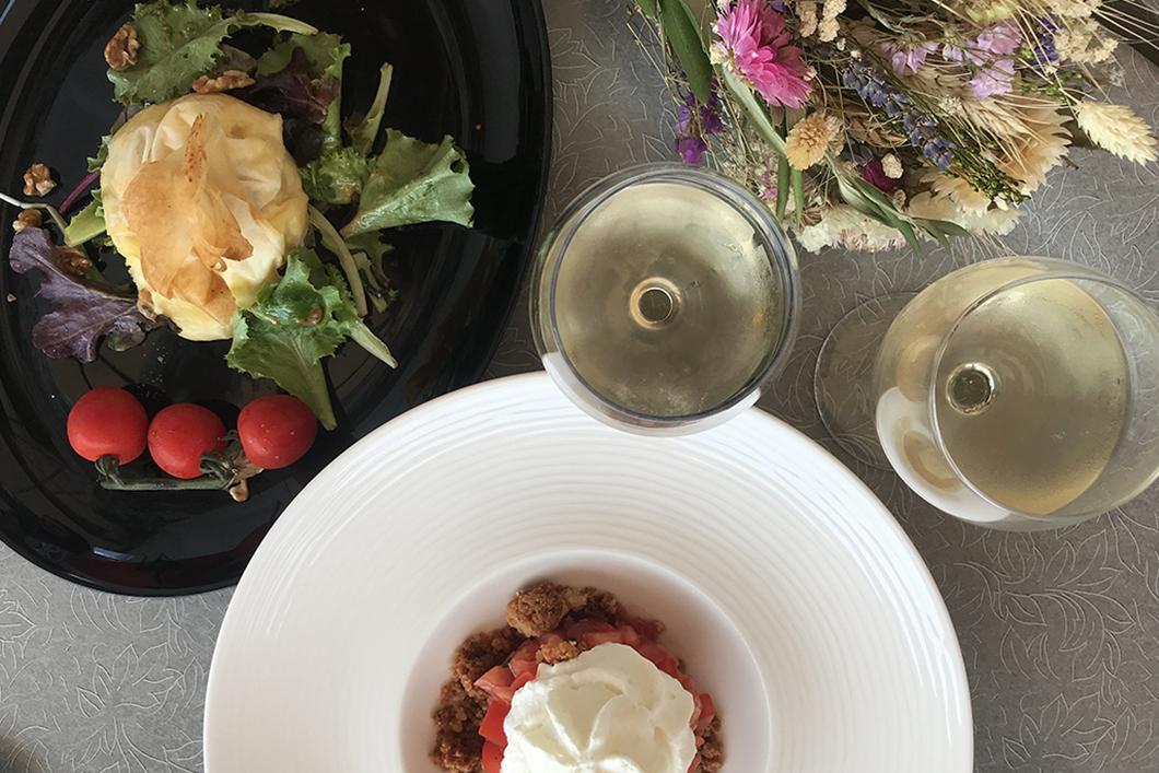 Croustillant au saint marcelin et tartare de tomates, crumble et chantilly