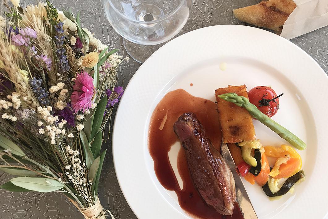 Le magret de canard aux fruits rouges, polenta et légumes
