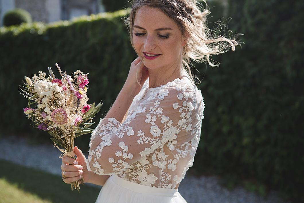 Robe de mariée fleuri et bouquet de fleurs séchées