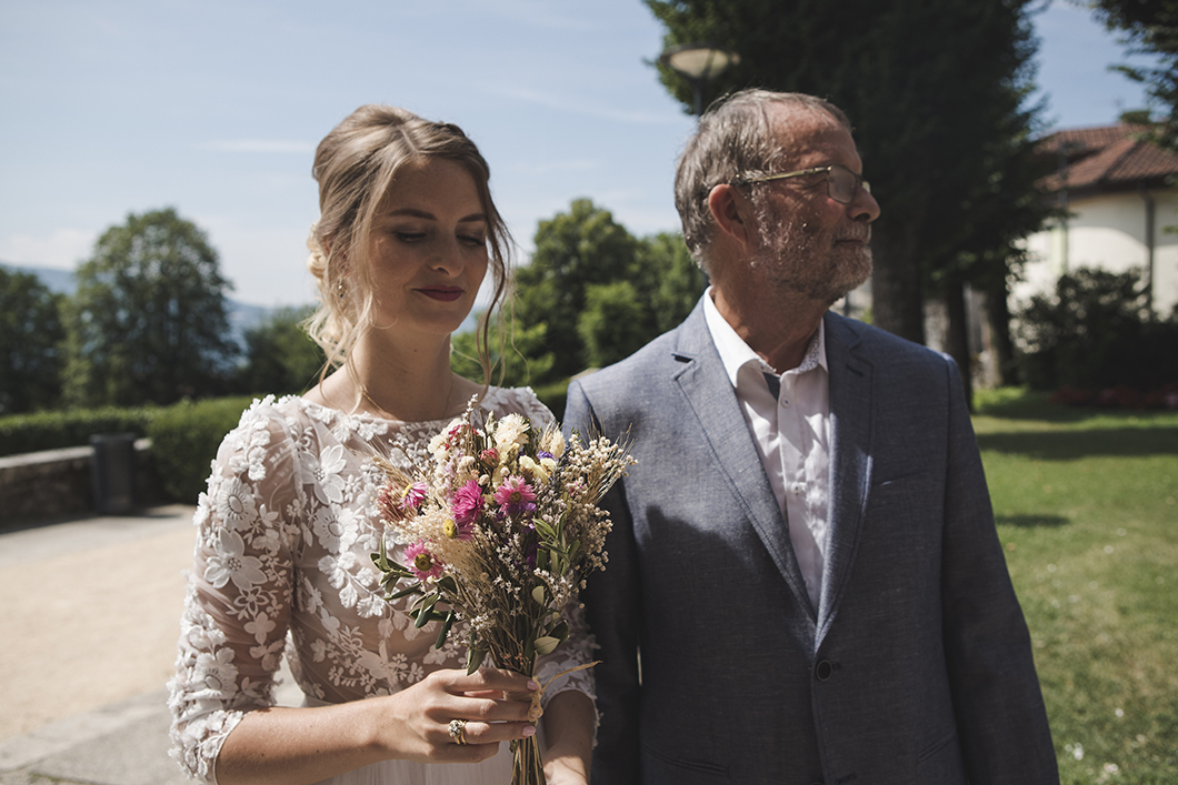 Père et fille à l'entrée de la mairie