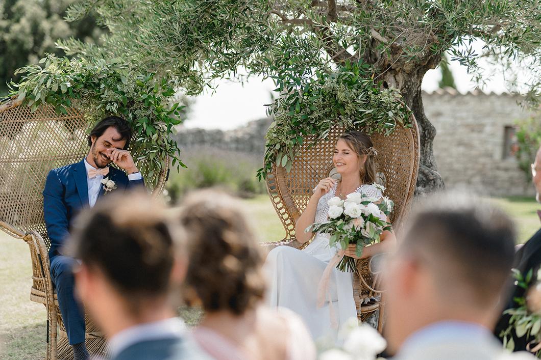 Les mariés durant la cérémonie laïque au Domaine de Sarson