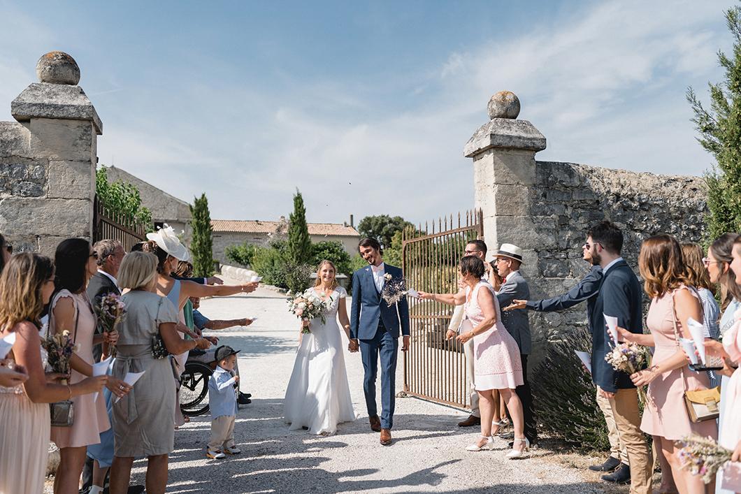 Lancer de lavande sur les mariés