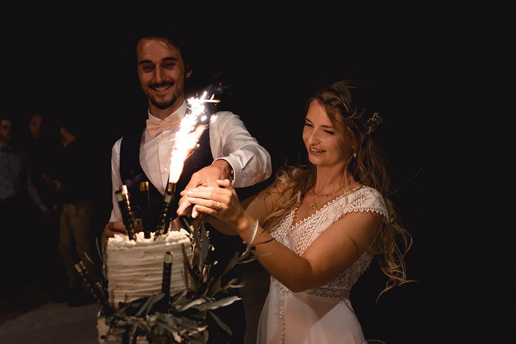 Découpe de notre wedding cake lavande et olivier