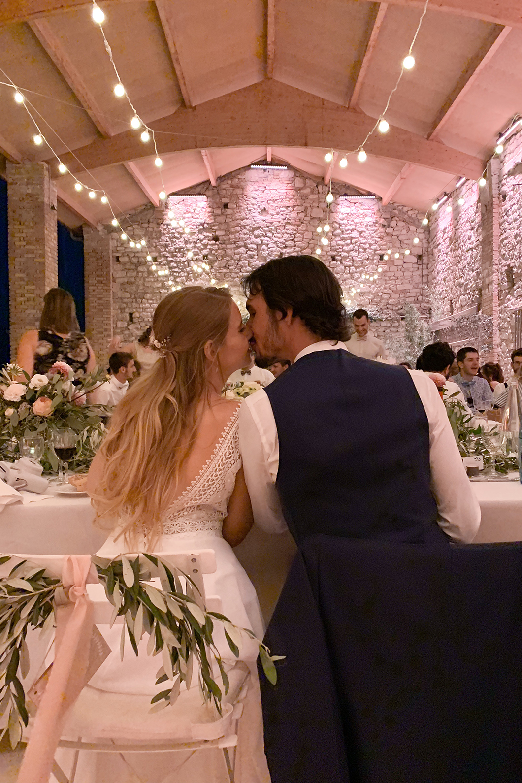 Les mariés au diner de mariage