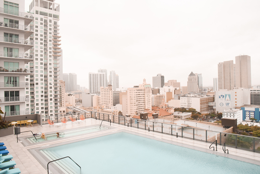 Piscine du X Miami Apartments dans le Downtown de Miami
