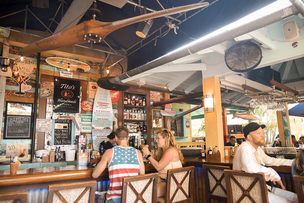 Boire un berre au Bahama Village Market à Key West