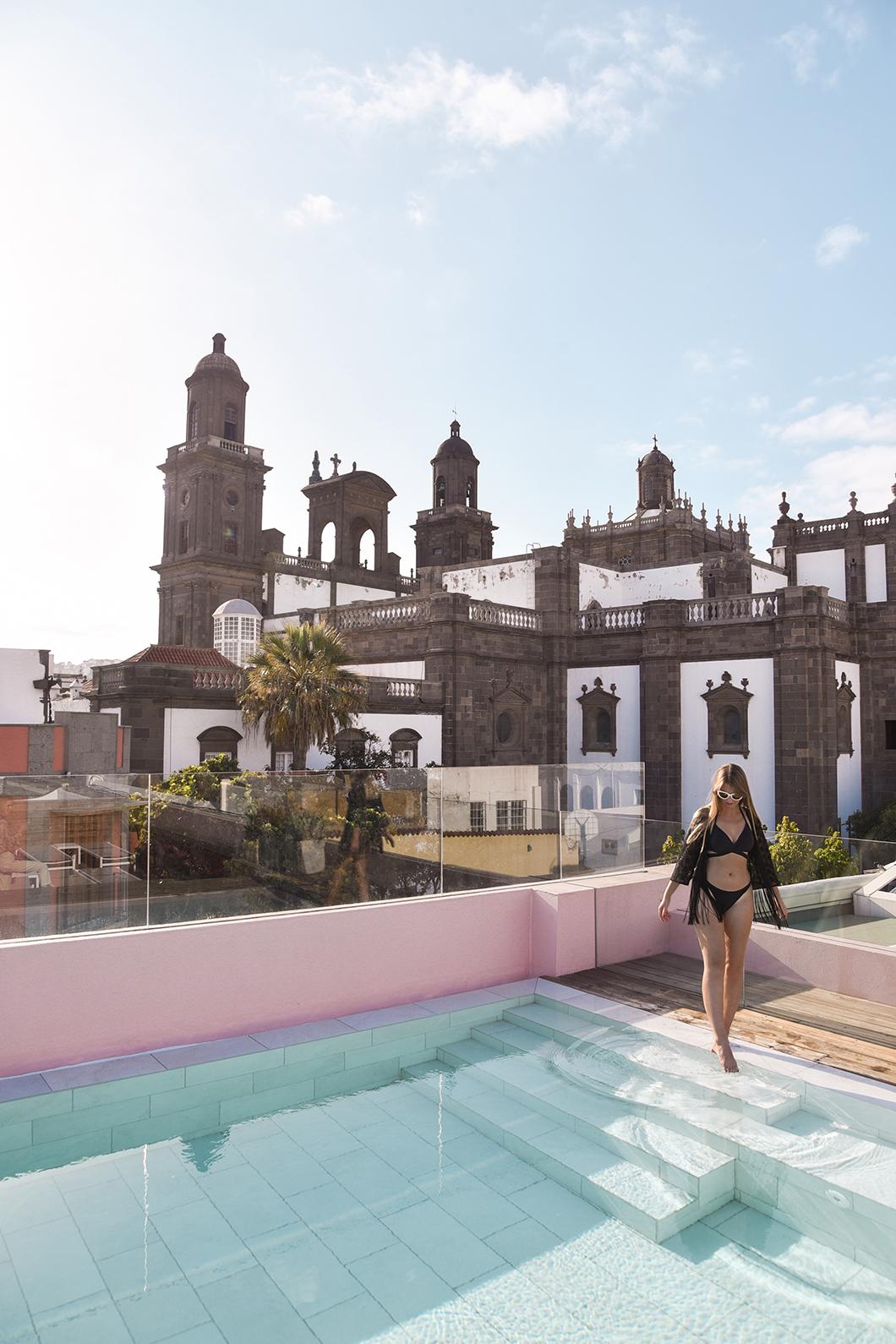 Piscine de l'hotel Veintiuno avec vue sur la cathédrale de Las Palmas de Gran Canaria