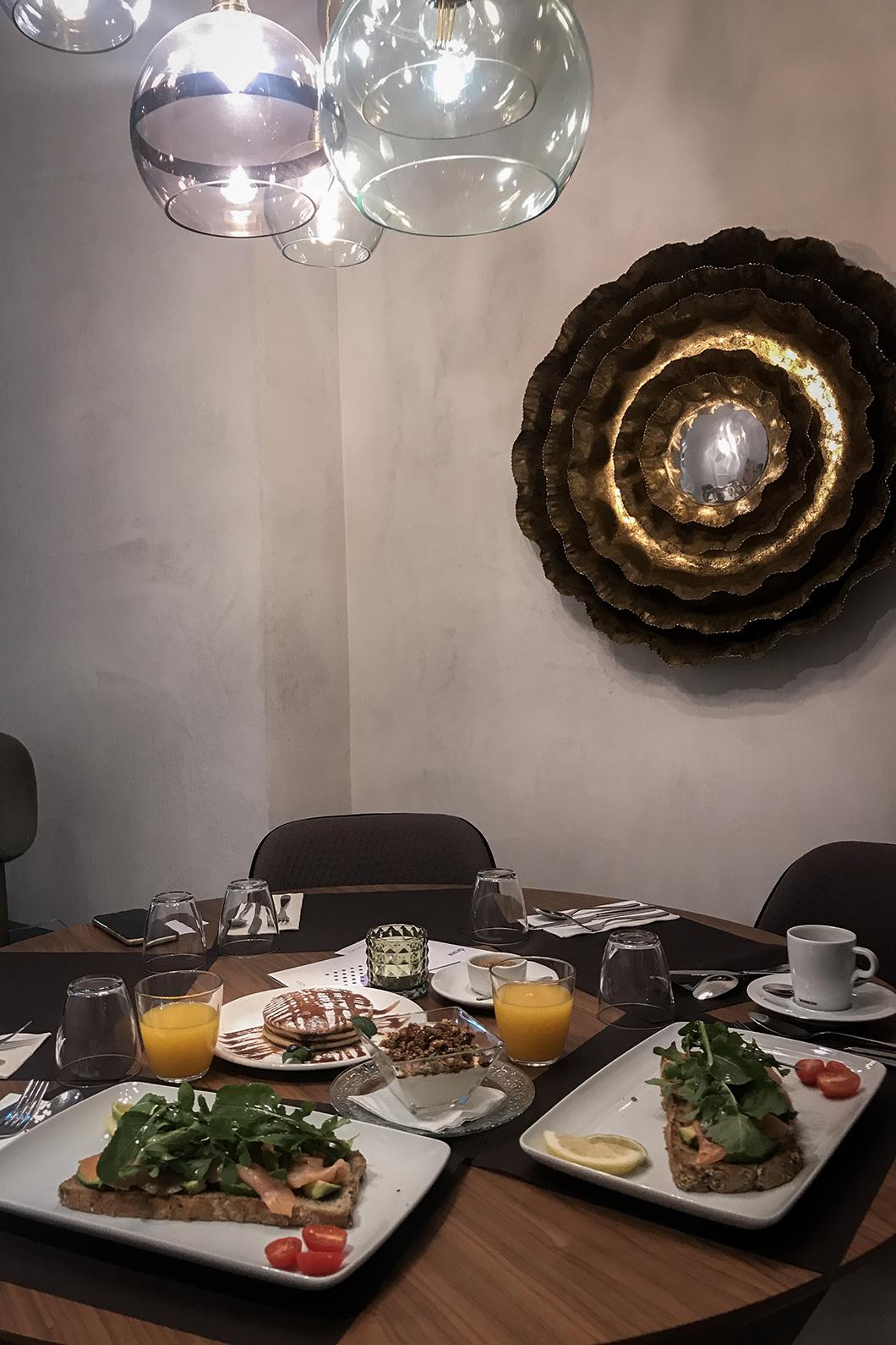 Prendre le petit déjeuner à l'Hotel Veintiuno