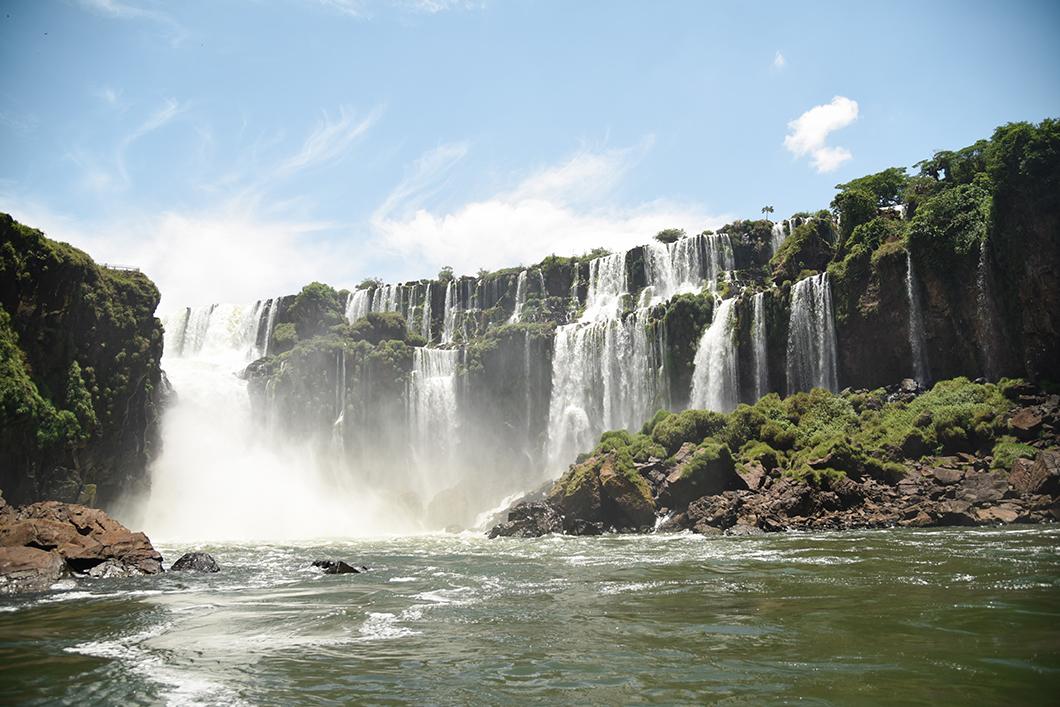 Faire du bateau dans les chutes d'Iguazu
