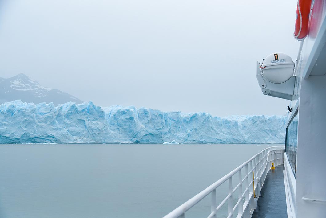 Faire du bateau près des glaciers de Patagonie