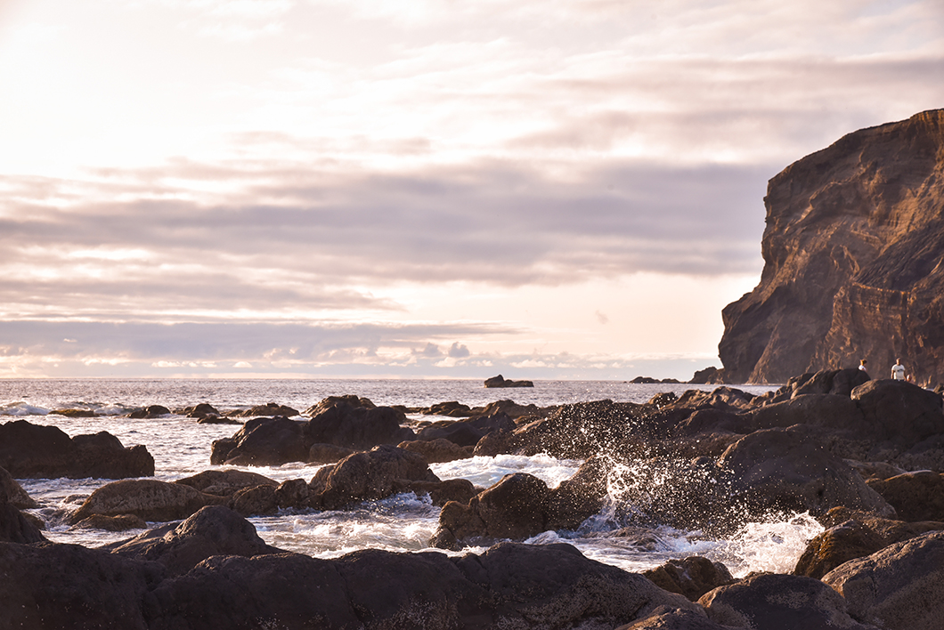 Coucher de soleil à Ponta dos Capelinhos, incontournables à Faial dans les Açores au Portugal