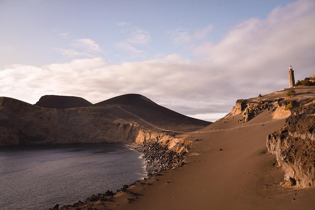 Admirer le coucher de soleil depuis Capelinhos dans les Açores