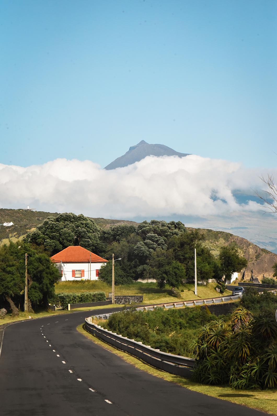 Vue sur Pico depuis Faial au Portugal