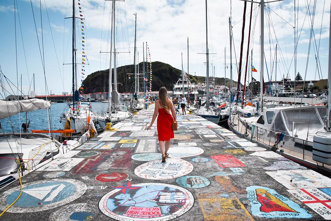 Balade sur la Marina colorée à Horta au Portugal