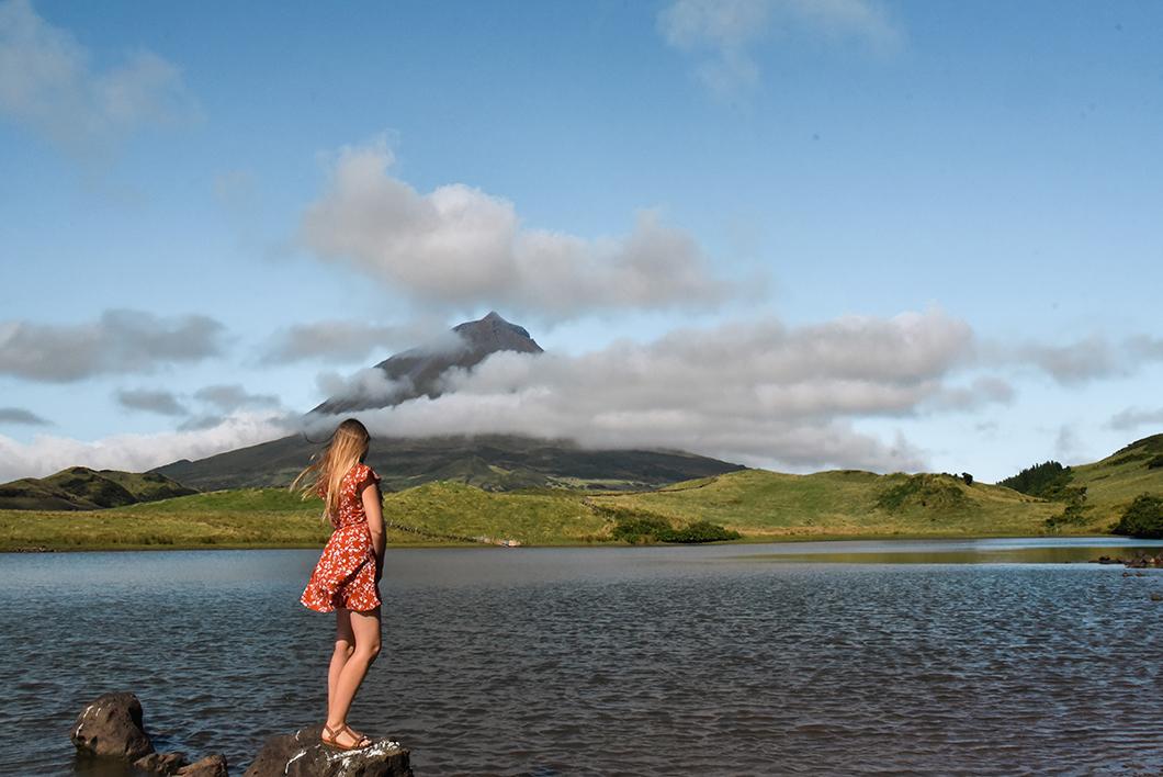 Vue sur le pico depuis le Lagoa do Capitão