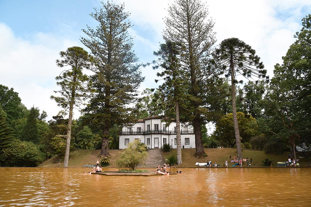Se baigner dans un bassin d'eau orange à Sao Miguel