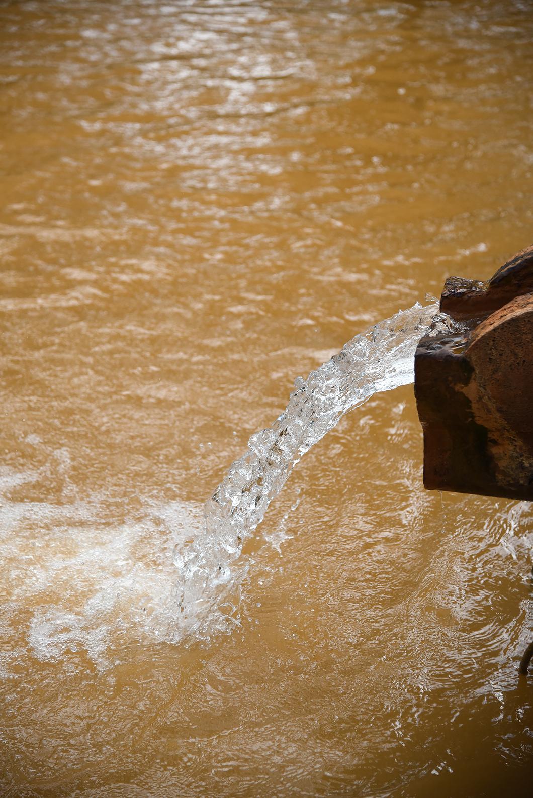 Se baigner dans les eaux orangées du Parque Terra Nostra à Sao Miguel