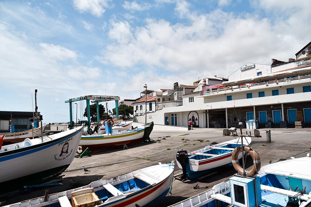 Les bateaux colorés de Vila Franca do Campo à Sao Miguel