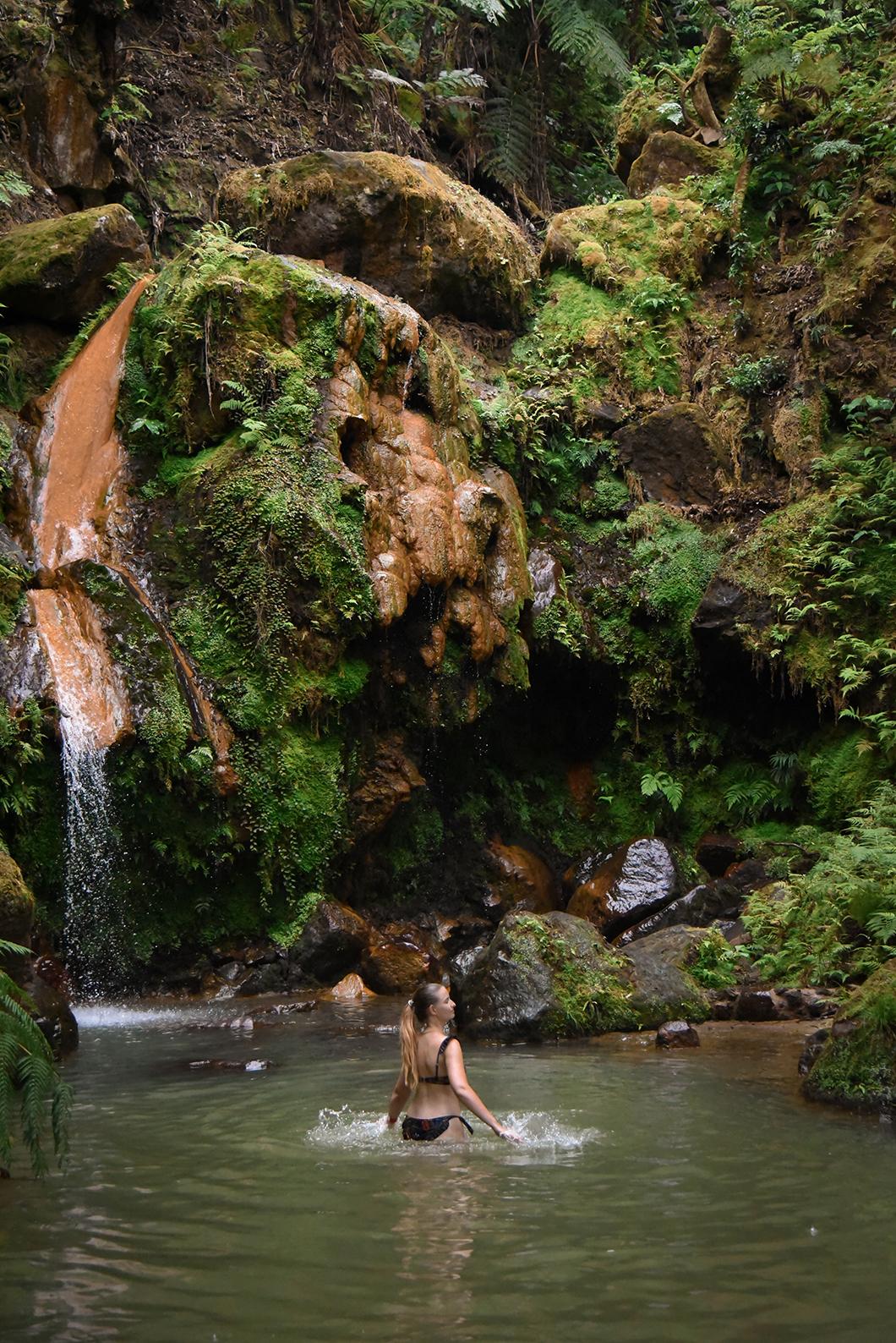 Baignade aux sources d'eau chaude de Caldeira Velha, activité à Sao Miguel dans les Açores