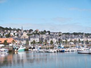 Point de vue sur le port de Trouville en Normandie