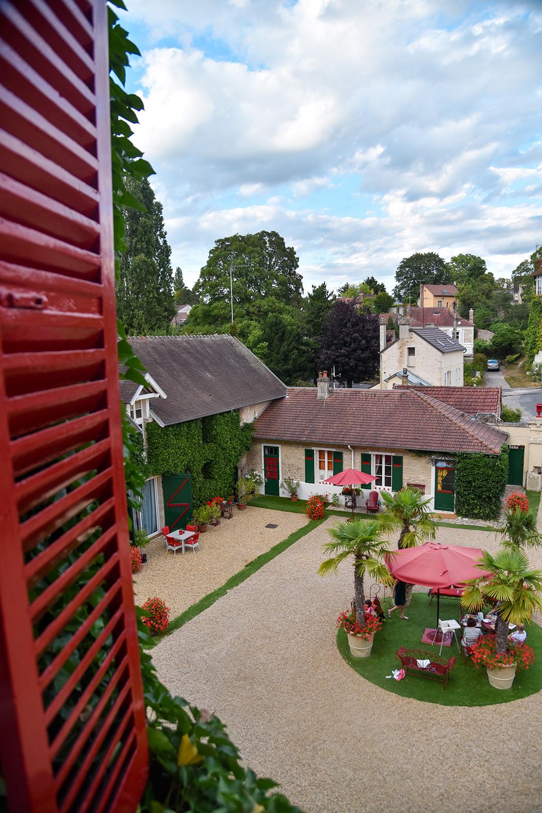 La cour du Manoir des Cavaliers à Chantilly