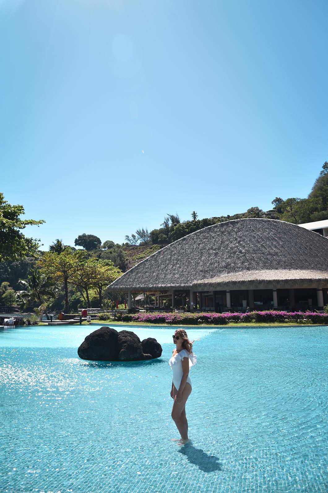 Se baigner dans la piscine du Tahiti Pearl Beach