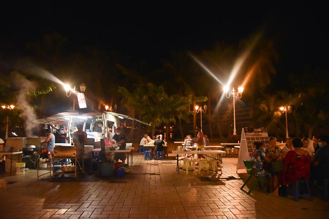 Où manger à Tahiti ? Les roulottes de la place Vaiete