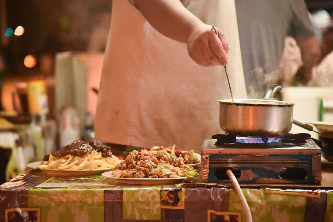 Manger de la street food aux roulottes de la place Vaiete à Papeete
