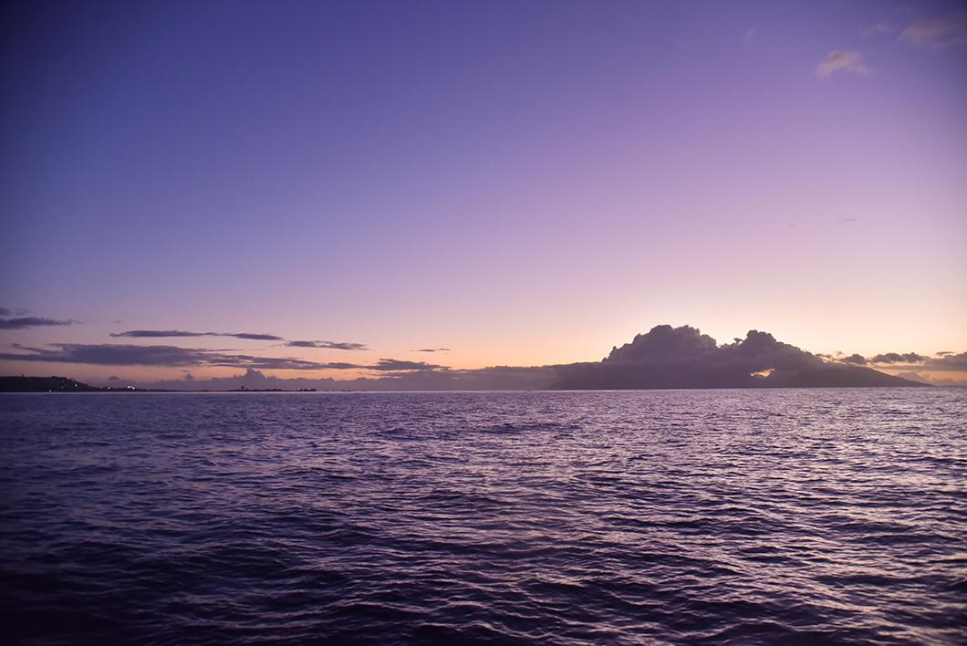 Coucher de soleil sur le bateau pour aller à Tahiti