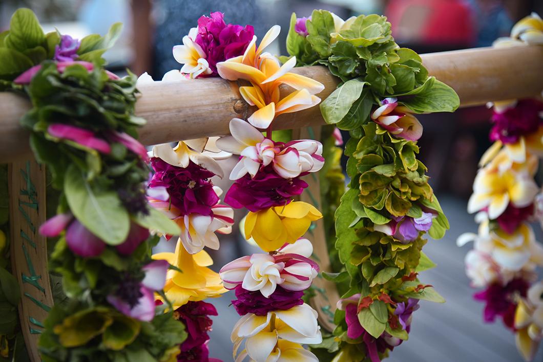 Atelier création de couronnes de fleurs à Moorea