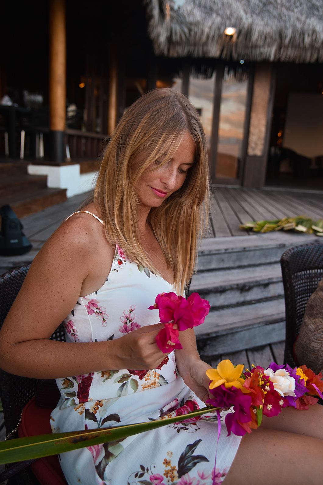 Faire une couronne de fleurs à la soirée polynésienne à l'hôtel Sofitel Ia Ora Beach