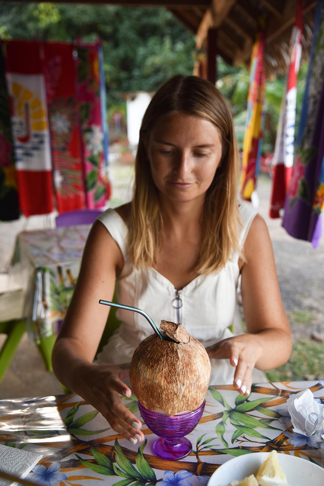 Boire une coco fraiche à Moorea