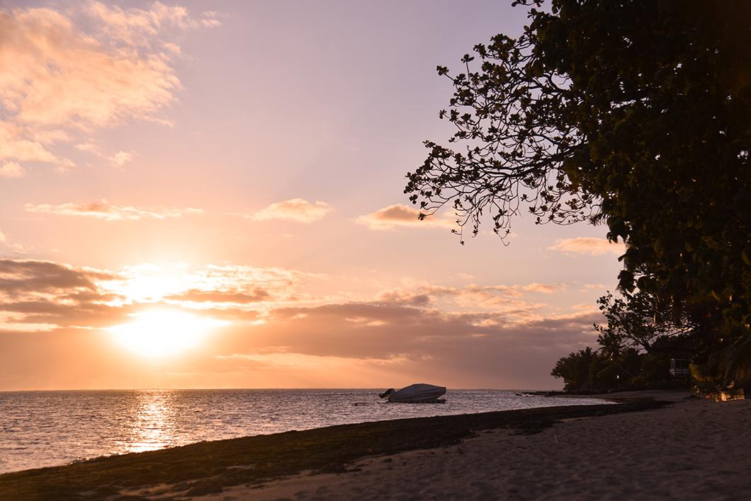 Coucher de soleil sur la plage à Moorea