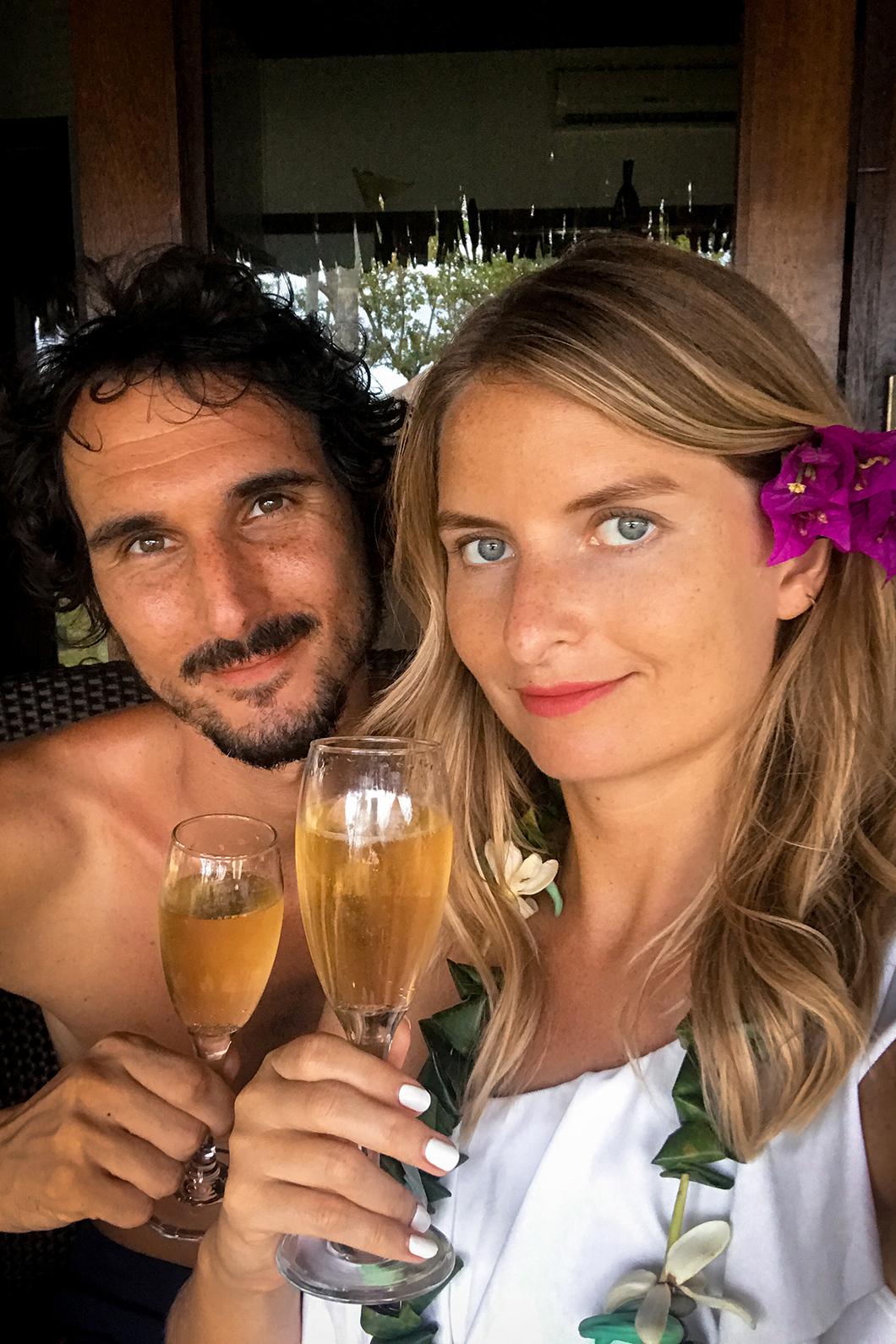 Champagne dans notre pilotis, voyage de noce en Polynésie Française