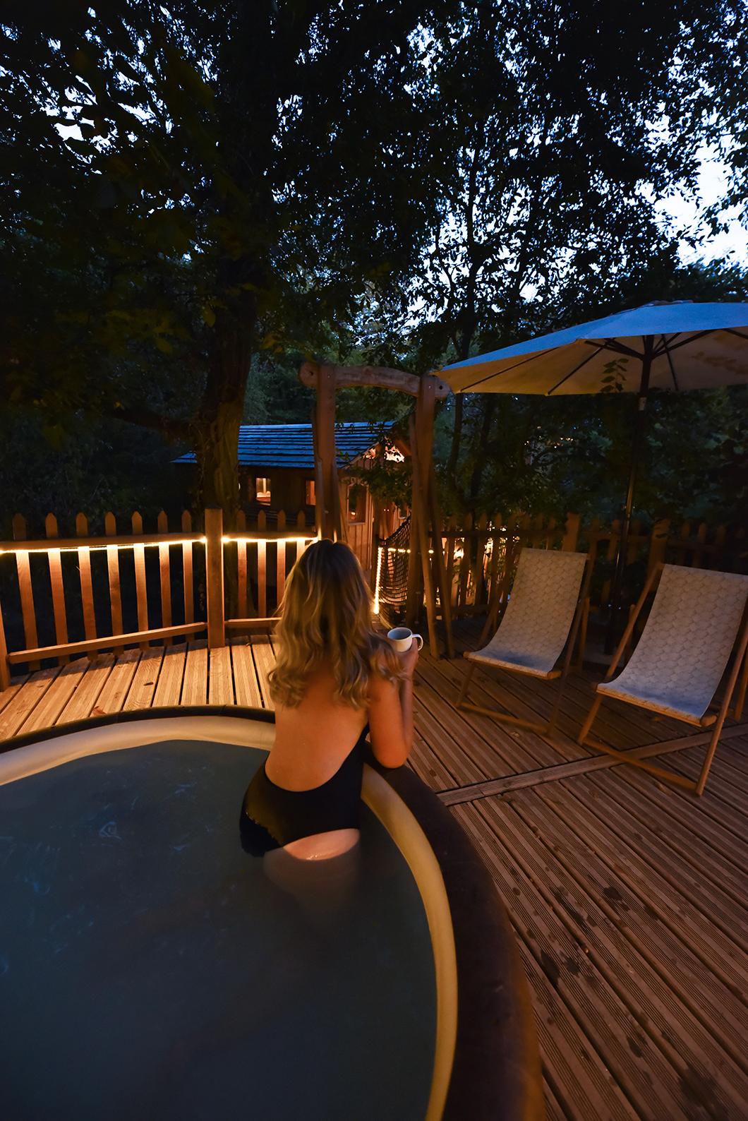Bain nocturne dans le jacuzzi de notre cabane au Bois de Rosoy