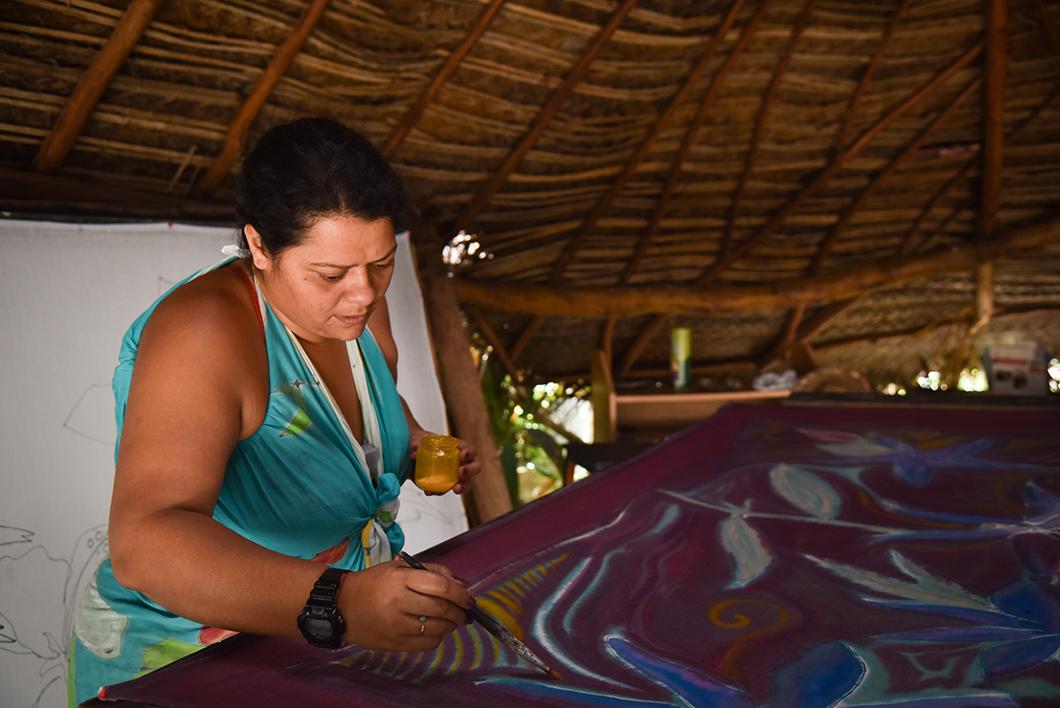 Découvrir l'artisanat à Huahine dans un atelier de création de paréo
