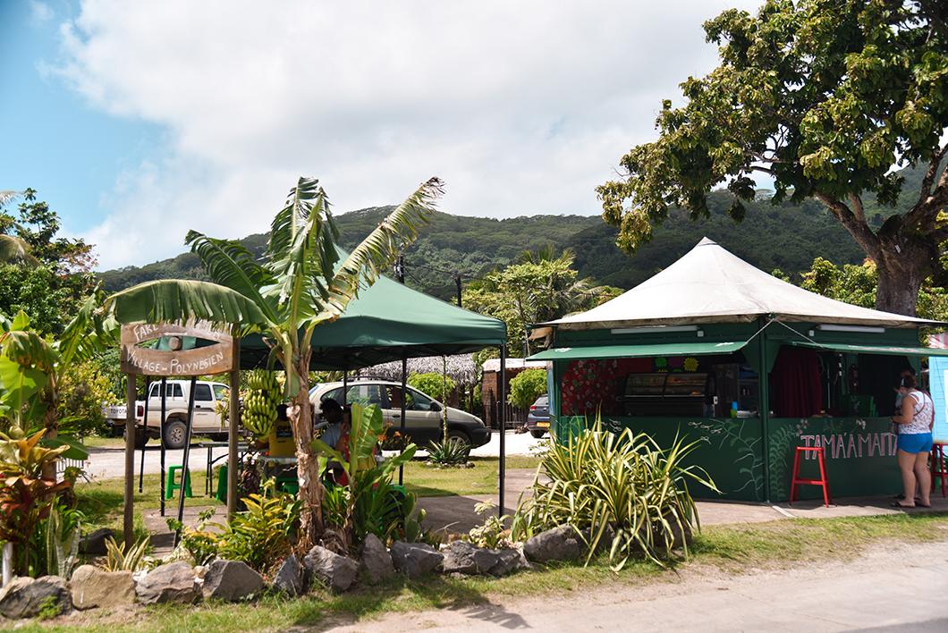Les roulottes et le marché de Huahine
