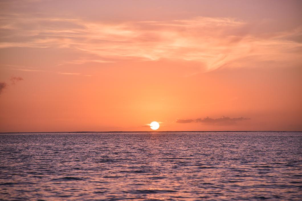 Bungalow sur pilotis en bout de ponton avec vue sur le coucher de soleil