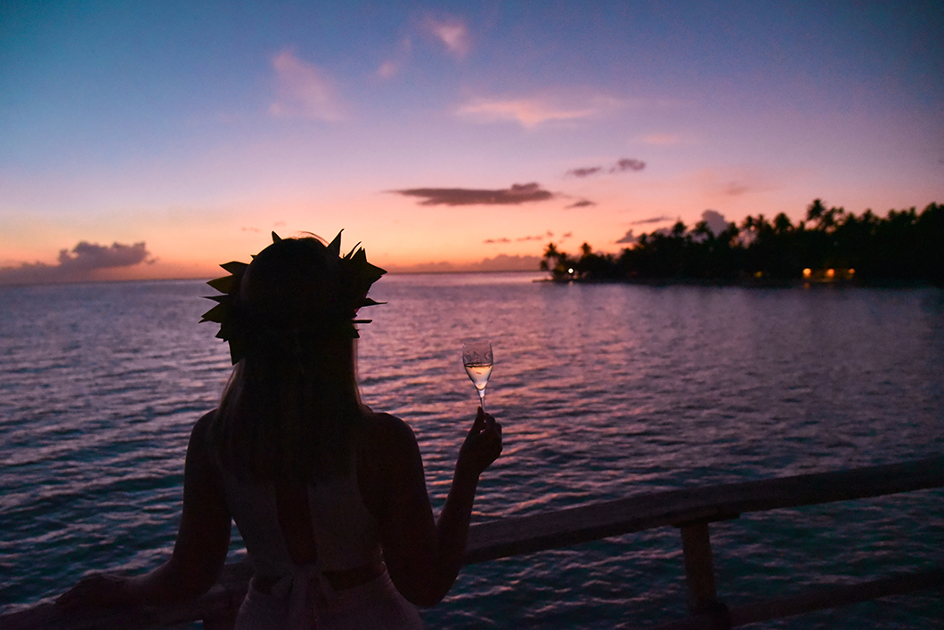 Apéro au coucher de soleil au Taha'a Island Resort and Spa